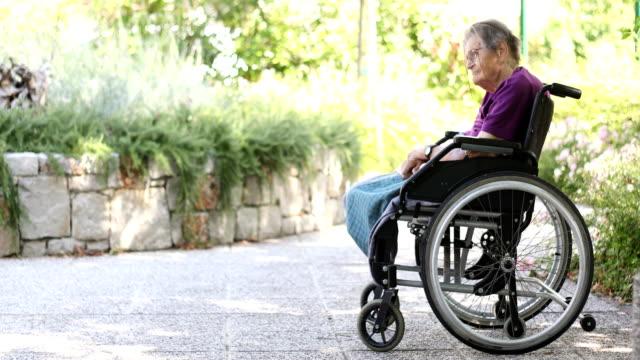 Ältere Frau auf Rollstuhl entspannen im freien