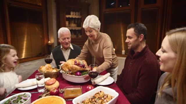 Donna anziana consegna il giorno del ringraziamento Turchia alla sua famiglia