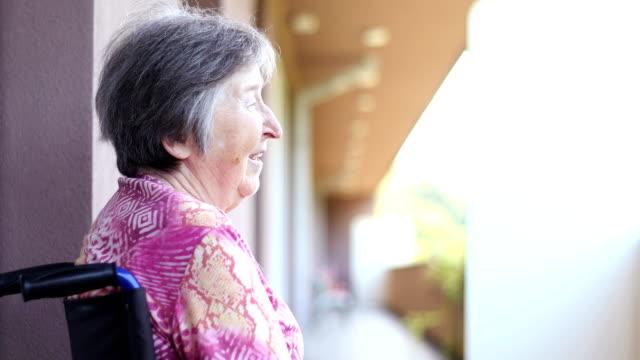 Ältere Frau entspannend auf Balkon