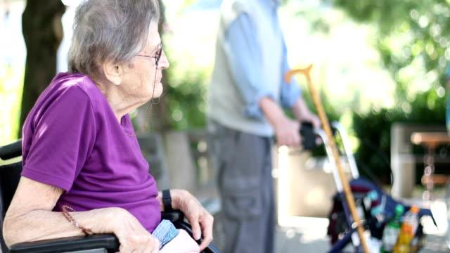 Ältere Frau entspannen im freien