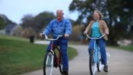 Senioren auf Fahrrädern im Park