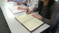 HD: Senioren Schreiben Notizen bei Vortrag Stunde