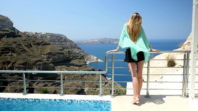 Sensuele vrouw & zeegezicht in Santorini