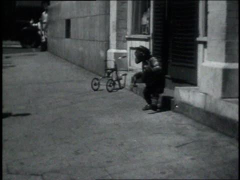 September 7, 1931 WS chimpanzee spinning around in the street and acting drunk / Atlanta, Georgia, United States