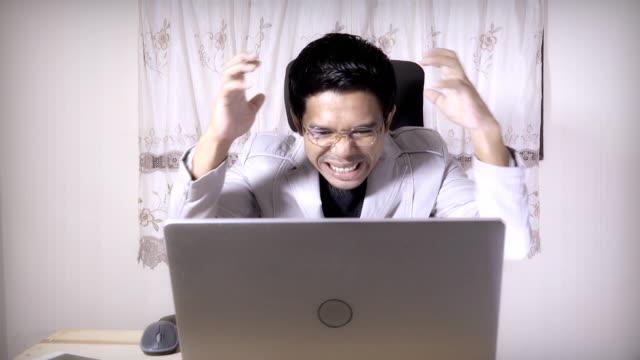 Ernst Geschäftsmann lesen und die Gesichter am Computer