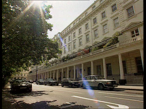 Nadir / Mates issue ITN Eaton Sq MS SIDE entrance to Asil Nadirs house CMS SIDE sign 'Eaton Square' PAN LR to luxury terraced houses