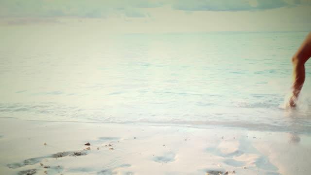 Sexy vrouw naast de Oceaan, Maldiven