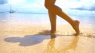 SLO MO Sexy Frau zu Fuß im flachen Wasser