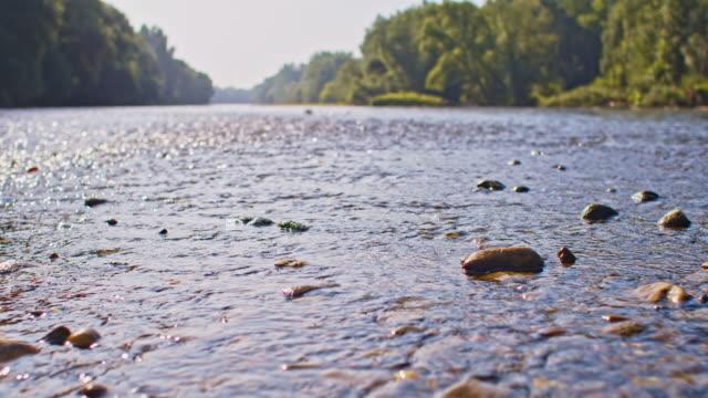 SLO MO ondiep water van de rivier
