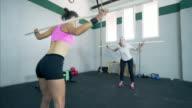 Gevormde vrouwen warming-up bij de gym club.