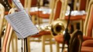 Musiknoten mit Musikinstrumenten auf der Bühne