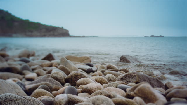 CU, Shingle beach and waves, cloudy sky, tilt-shift lens