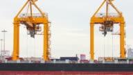 Schiffswerft Kran arbeiten mit container waren trading Zeitraffer