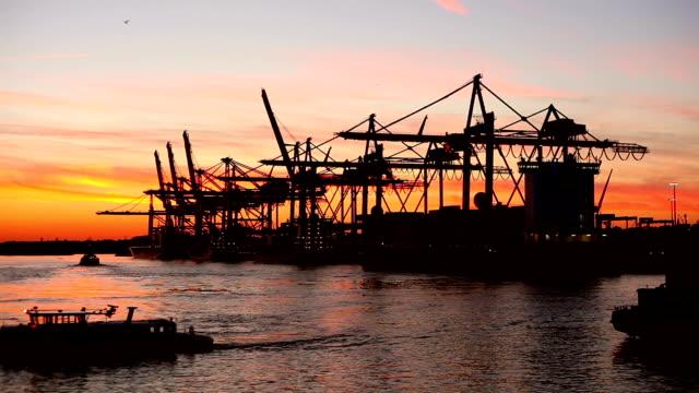 Schiffswerft im Sonnenuntergang (Hamburg)