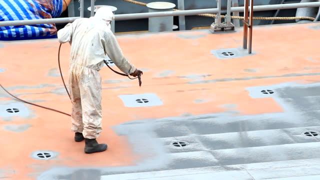 Cantiere navale Operaio vernice la nave