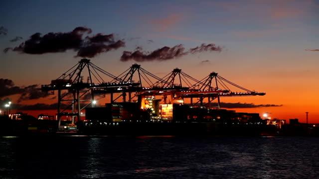 Shipyard Arbeiten bei Sonnenaufgang Zeitraffer