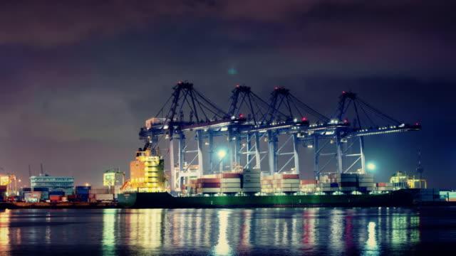 Schiffswerft Arbeiten laden Container cargo bei Nacht