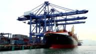 Shipyard Arbeiten laden container cargo Fracht versenden am Meer