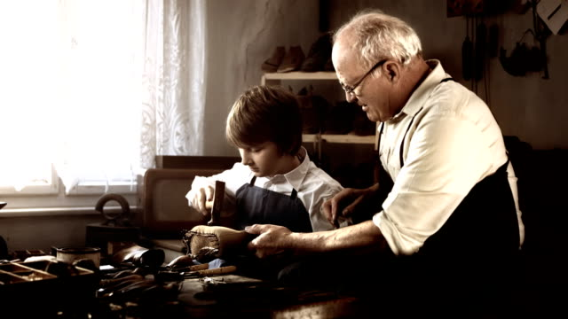 HD DOLLY: Schuhmacher Unterricht junger Lehrling