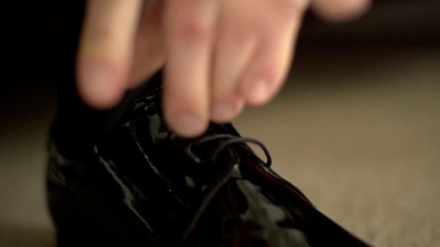 Schuhe binden. Geschäftsmann ist Binden Schuh vor einer Tagung.