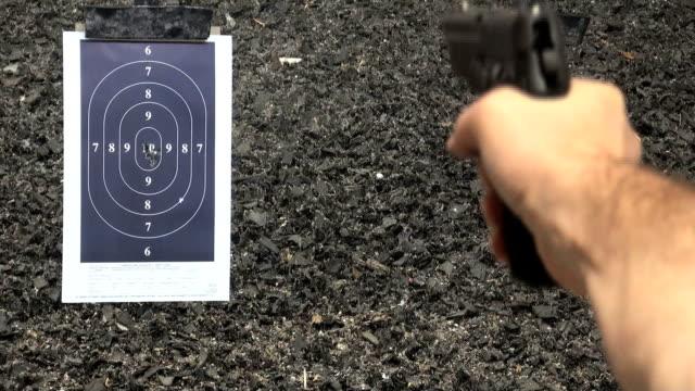 Shooting Pistole pistol in den Zielbereich.