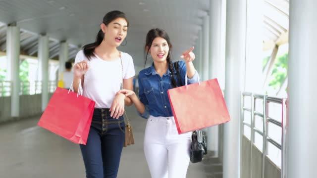 HAVET: Shopping: 4K: bästa vänner shopping inne i påsen.