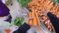 POV: Einkaufen in einen Gemüsehandel