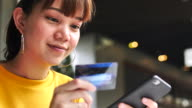 Shopping Frau hält eine Kreditkarte, Smartphone und