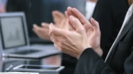 LD schot van applaudisserende handen in zakelijke bijeenkomst