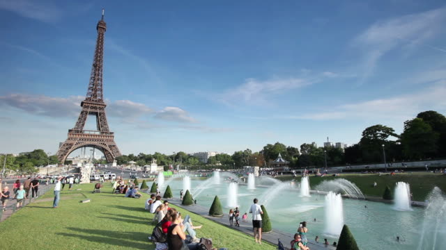 Ms shot of eiffel tower and tourists view from jardins du for Aquarium de paris jardin du trocadero