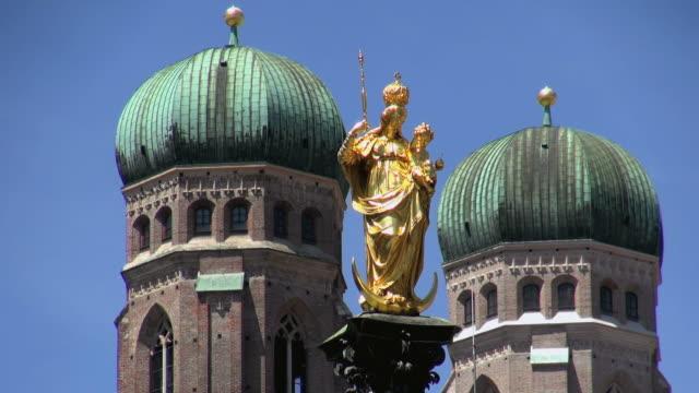 WS Shot of onion domes of Frauenkirche, Mariensaule, Marienplatz / Munich, Bavaria, Germany