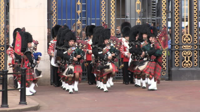 MS Shot of scottish pipers AUDIO / London, United Kingdom