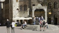 MS Shot of tourists at well Cisterna at Piazza della Cisterna in medieval Village / San Gimignano, Tuscany, Italy
