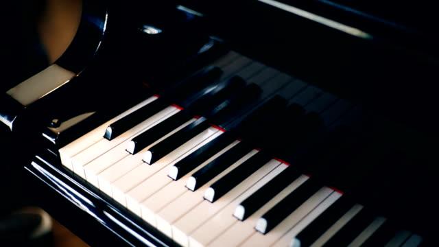 2 shots Grand piano met toetsenbord.