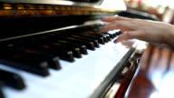 3 shots van de handen op de piano