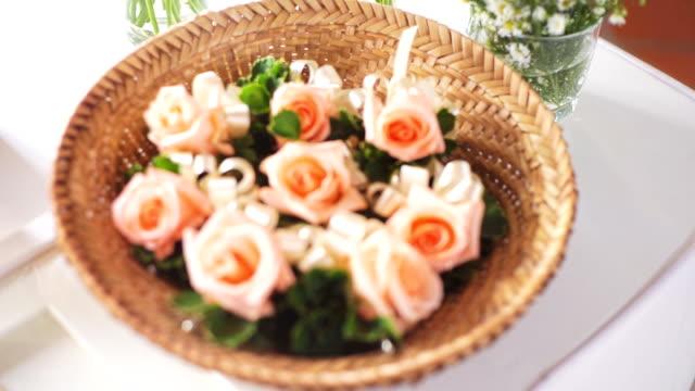 2 shots van bruiloft decoratie met bloemen in rieten mand.