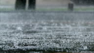 Dusche auf städtischen Straße in Zeitlupe