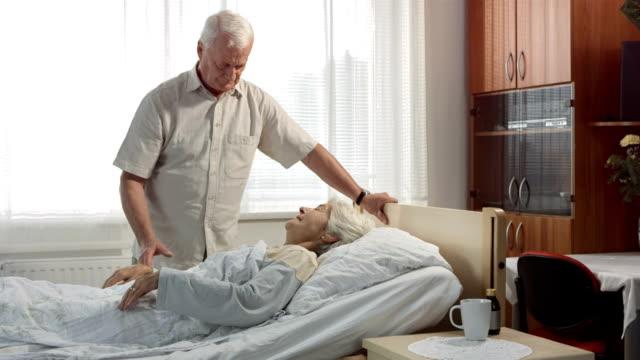 HD DOLLY: Kranke Frau hält ihr Mann die Hand