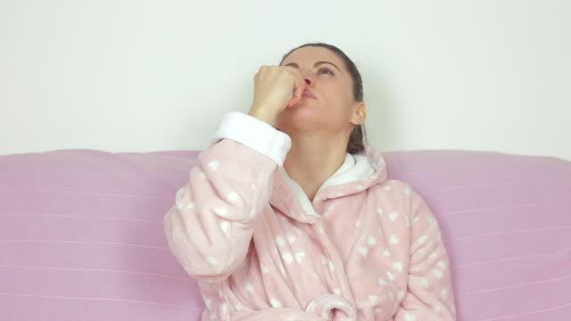 Donna malata spruzzatura medicamento nel suo naso.