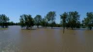 Kant Pan over voeten van water die betrekking hebben op kleine Texas stad groot perceel volledig overstroomd door de Orkaan Harvey bomen en bos overstroomde