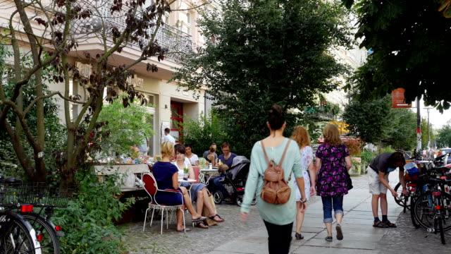 Sidewalk Cafe In Berlin Prenzlauer Berg (4 k UHD zu/HD)