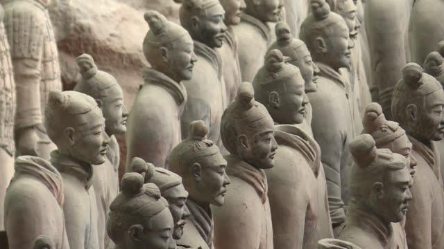 Silenciosos y enigmaticos los emblematicos Guerreros Terracota de China son el centro de una amarga polemica con patriotas y escolares desechando...