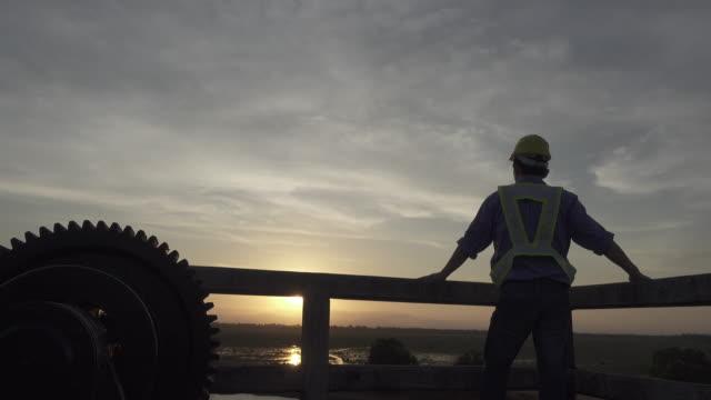 4 K TRANSPORTWAGEN : Silhouette-Ingenieur im wunderschönen Website