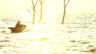 silhuetten av en Thailändska Fiskarbyxor på en thailändsk båt