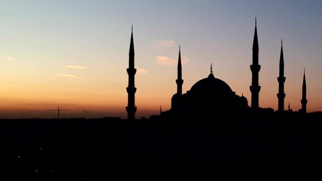 Silhouet van de blauwe moskee, terwijl Sunrise