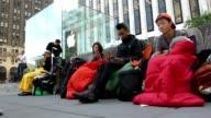 Sillas sobres de dormir y alimentos todo en nombre de la tecnologia CLEAN Fanaticos del Iphone5 acampan on September 17 2012 in New York New York