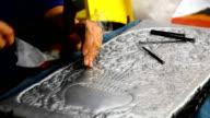 argento arte artigianato di Lanna, stile thailandese, Chiang Mai, Thailandia, mano, sbattere in argento con un martello.