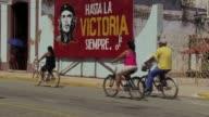 Simbolo de los anos de crisis que aun despiertan aversion las bicicletas estan volviendo gradualmente a estar de moda en Cuba bajo el impulso de...