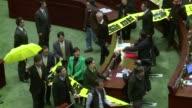 Sin escuchar las voces de protesta que llegaron hasta el recinto donde dio su informe anual el jefe del gobierno de Hong Kong se nego a hacer...