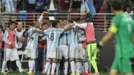 Sin su estrella Lionel Messi Argentina obtuvo un claro triunfo 21 ante Chile en el debut de ambos en la Copa America Centenario tomandose una...